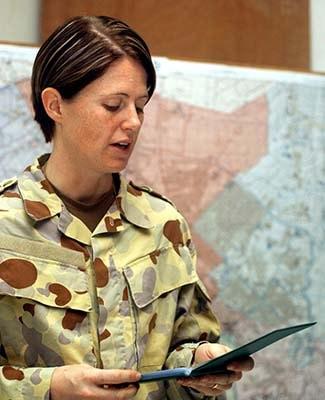 Kellie briefing in Baghdad 2005  Reproduced courtesy of Kellie Dadds
